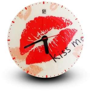 Horloge design avec inscription kiss me trace de lèvres