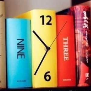 Horloge 3 livres décorative et originale chiffres relief