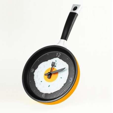 Horloge murale casserole avec œuf au plat poêle cuisine