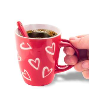 Tasse avec décor en cœurs avec petite cuillère