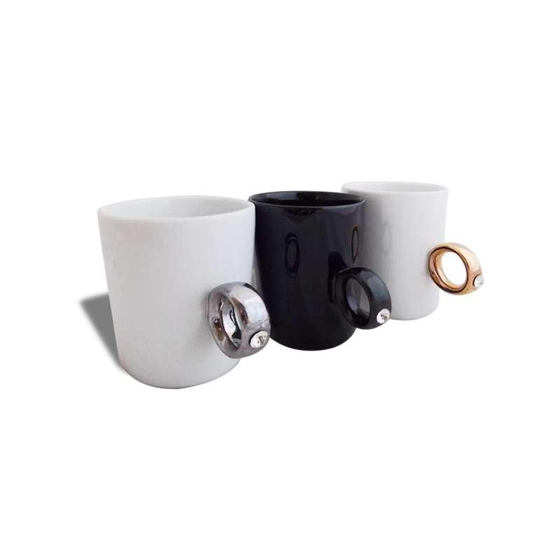 tasse avec anse en forme de bague mug totalcadeau. Black Bedroom Furniture Sets. Home Design Ideas