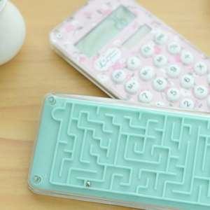 Calculette design équipé d'un jeu de labyrinthe
