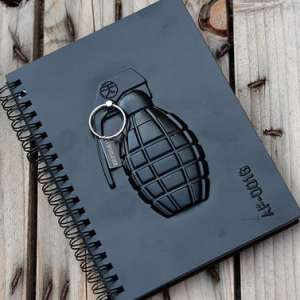 Carnet de notes grenade en relief sur sa couverture