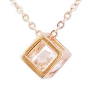 Collier doré pendentif original cubique avec faux diamant
