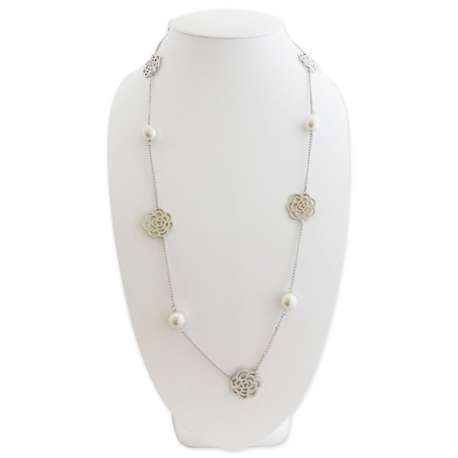 Collier orné de fleurs argentées et perles sable nacrées