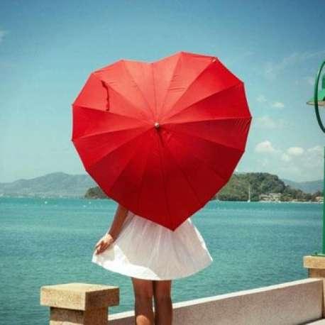 Parapluie coeur rouge romantique mariage