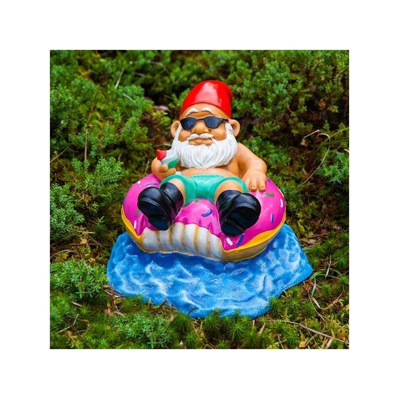 Nain de jardin sur sa bouée en forme de donut