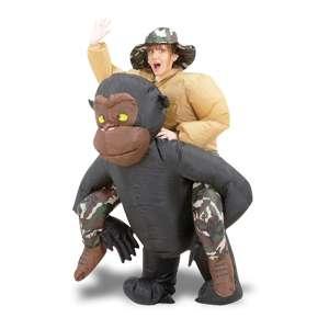 Costume gonflable déguisement homme sur le dos d'un gorille