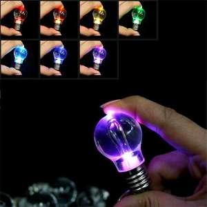 Porte-clés LED en forme d'ampoule lumière multicolore