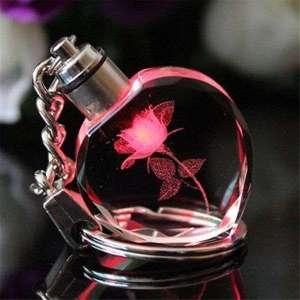 Porte-clés en forme de coeur en cristal avec fleur gravée