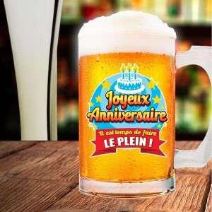 Chope de bière avec inscription joyeux anniversaire